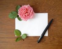 Карточка английского языка розовая и пустая для текста на древесине Стоковое Фото