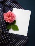 Карточка английского языка розовая и пустая для текста на ткани Стоковое Изображение RF