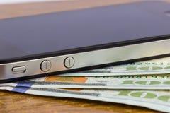карточка банка золота, банкноты и smartphone Стоковое Изображение RF