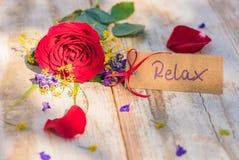 Карточка, ваучер или талон подарка для Relax с цветками для дня валентинок или настоящего момента дня матерей стоковое фото rf
