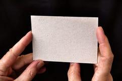 карточка вручает удерживание Стоковые Фотографии RF