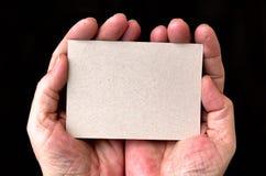 карточка вручает удерживание Стоковое Изображение RF
