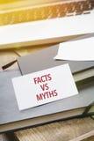 Карточка говоря факты против мифов на блокноте стоковые изображения