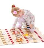Карточка девушки играя сидя на циновке Стоковая Фотография RF