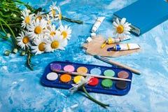Карточка лета флористическая с цветком стоцвета над голубой винтажной краской Стоковое Изображение