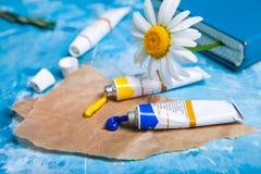 Карточка лета флористическая с цветком стоцвета над голубой винтажной краской Стоковое Фото