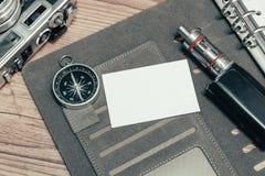Карточка имени взгляд сверху на личной книге плановика, винтажной камере и деревянной предпосылке пола Стоковые Изображения RF
