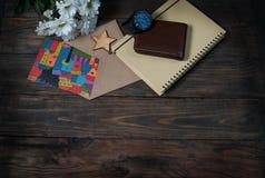 Карточка и цветки подарка на деревянной предпосылке Стоковое Фото