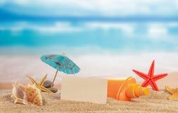 Карточка и cockleshells на песке Стоковая Фотография RF