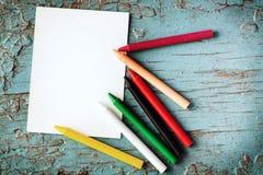 Карточка и crayons Стоковые Фото