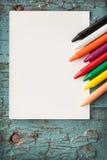 Карточка и crayons Стоковая Фотография RF