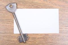 Карточка ключа и посещения металла на деревянном столе Стоковая Фотография RF