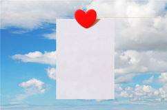 Карточка дня валентинки с предпосылкой неба Стоковое Изображение