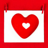 Карточка дня валентинок с copyspace для приветствуя текста. Красное сердце Стоковое Изображение RF