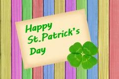Карточка дня счастливого St. Patrick на покрашенной текстуре цвета деревянной Стоковое Изображение RF