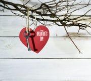 Карточка дня ` s валентинки с бумажными сердцами Стоковые Фото