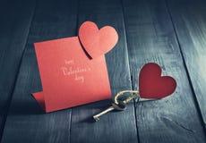 Карточка дня ` s валентинки с ключом и сердцами бумаги Стоковая Фотография RF