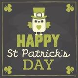 Карточка дня St Patricks с милым сычом на доске Стоковая Фотография