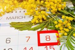 Карточка 8-ое марта - мимоза цветет над календарем с обрамленной датой 8-ое марта Стоковая Фотография RF