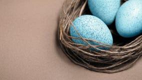 карточка пасха Покрашенные пасхальные яйца в гнезде, коричневой предпосылке Символ весны, христианство вероисповедания Ретро карт Стоковое фото RF