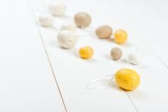 карточка пасха Разбросанные пастельные пасхальные яйца на деревянной предпосылке Стоковые Изображения RF