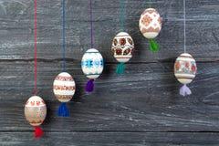 карточка пасха счастливая Красочные сияющие пасхальные яйца на серой предпосылке деревянного стола Скопируйте космос для текста Стоковые Фото