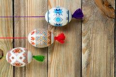 карточка пасха счастливая Красочные сияющие пасхальные яйца на предпосылке деревянного стола Скопируйте космос для текста Стоковые Фотографии RF