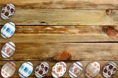 карточка пасха счастливая Красочные сияющие пасхальные яйца на предпосылке деревянного стола Скопируйте космос для текста Стоковая Фотография RF