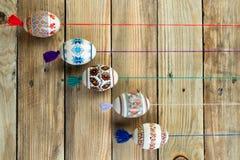 карточка пасха счастливая Красочные сияющие пасхальные яйца на предпосылке деревянного стола Скопируйте космос для текста Стоковая Фотография
