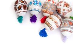 карточка пасха счастливая Красочные сияющие пасхальные яйца на изолированной белой предпосылке Скопируйте космос для текста Стоковая Фотография