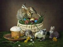 Карточка пасхи с цыпленоками и пасхальными яйцами цветов Стоковые Изображения