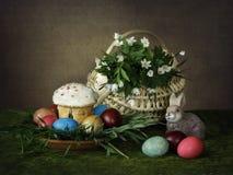 Карточка пасхи с цыпленоками и пасхальными яйцами цветов Стоковая Фотография RF