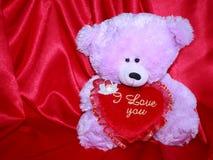 Карточка плюшевого медвежонка с красным сердцем влюбленности - фото штока Стоковое Изображение RF