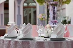 Карточка посадочных мест для wedding таблицы Бокалы с салфетками в ресторане Стоковые Фото