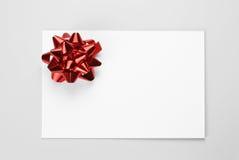 Карточка подарка с красным смычком Стоковые Изображения RF