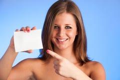 Карточка подарка. Excited женщина показывая пустое острословие знака карточки чистого листа бумаги Стоковая Фотография RF