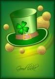 Карточка праздника с зелеными шляпой и клевером на зеленой предпосылке на день St. Patrick 17-ое марта Стоковые Фотографии RF
