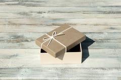 карточка 2007 приветствуя счастливое Новый Год Раскрытая коробка подарка на день рождения с белым смычком ленты P Стоковое фото RF