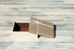 карточка 2007 приветствуя счастливое Новый Год Раскрытая коробка подарка на день рождения с белым смычком ленты P Стоковое Фото