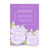 Карточка приглашения, карточка свадьбы с подняла на фиолетовую предпосылку иллюстрация штока