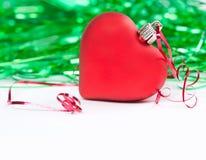 Карточка приглашения дня валентинок Красное сердце игрушки абстрактный зеленый цвет предпосылки скопируйте космос Стоковая Фотография