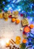 Карточка рождества праздничная с ветвями ели и праздничное оформление Стоковое Изображение RF