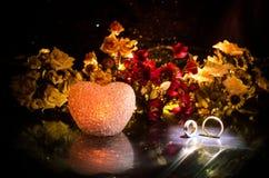 Карточка свадьбы, обручальные кольца Букет свадьбы, предпосылка Цветя ветвь с белыми чувствительными цветками на деревянной повер Стоковая Фотография