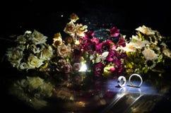 Карточка свадьбы, обручальные кольца Букет свадьбы, предпосылка Цветя ветвь с белыми чувствительными цветками на деревянной повер Стоковое Изображение RF