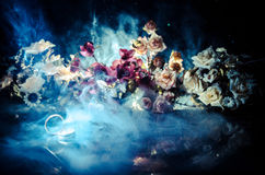 Карточка свадьбы, обручальные кольца Букет свадьбы, предпосылка Цветя ветвь с белыми чувствительными цветками на деревянной повер Стоковые Фотографии RF