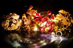 Карточка свадьбы, обручальные кольца Букет свадьбы, предпосылка Цветя ветвь с белыми чувствительными цветками на деревянной повер Стоковые Изображения RF