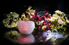 Карточка свадьбы, обручальные кольца Букет свадьбы, предпосылка Цветя ветвь с белыми чувствительными цветками на деревянной повер Стоковые Фото