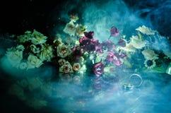 Карточка свадьбы, обручальные кольца Букет свадьбы, предпосылка Цветя ветвь с белыми чувствительными цветками на деревянной повер Стоковое Изображение