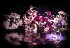 Карточка свадьбы, обручальные кольца Букет свадьбы, предпосылка Цветя ветвь с белыми чувствительными цветками на деревянной повер Стоковая Фотография RF