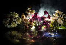 Карточка свадьбы, обручальные кольца Букет свадьбы, предпосылка Цветя ветвь с белыми чувствительными цветками на деревянной повер Стоковое фото RF